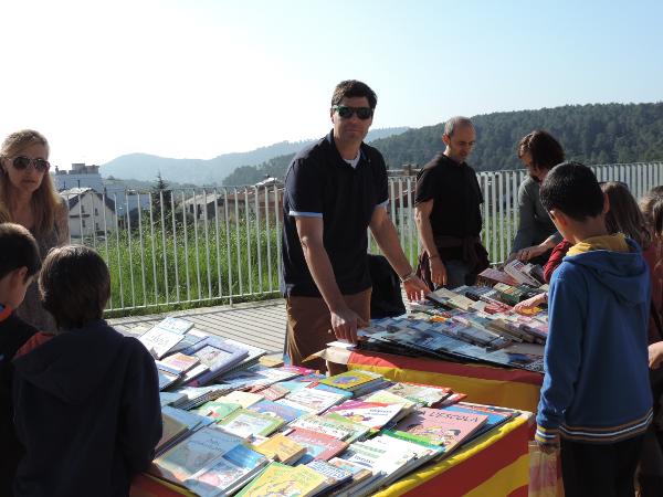 Parada de llibres de segona mà de l'AMPA.